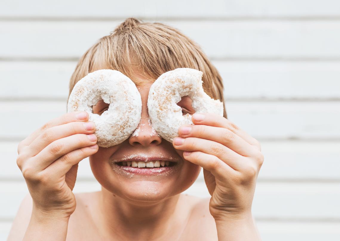 Images Crèche Nascht Luxembourg Article Sucre | Un enfant cache ses yeux avec deux donuts
